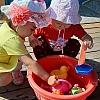 Малыши и игры с водой летом